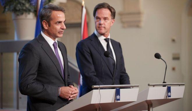 Ο πρωθυπουργός Κυριάκος Μητσοτάκης και ο ομόλογός του της Ολλανδίας Μαρκ Ρούτε κατά τη διάρκεια των κοινών δηλώσεων