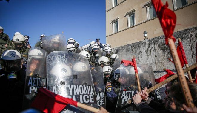 'Ενταση στο συλλαλητήριο της ΟΛΜΕ- ΔΟΕ στο Σύνταγμα