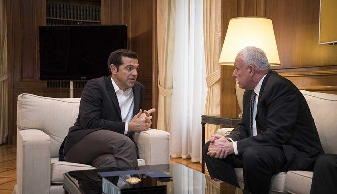 Στιγμιότυπο από τη  συνάντηση του Πρωθυπουργού Αλέξη Τσίπρα με τον Υπουργό Εξωτερικών της Παλαιστίνης Ριάντ Μαλκί