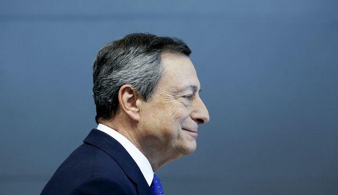 Υποχωρεί το ευρώ ενόψει της ομιλίας Ντράγκι στο συνέδριο της Fed