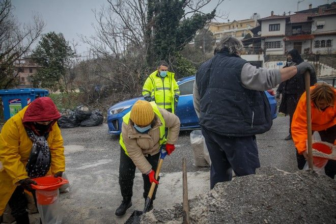 Διανομή αλατιού στους πολίτες πραγματοποίησε σήμερα από το πρωί ο Δήμος στην περιοχή Πεύκα στην Θεσσαλονίκη