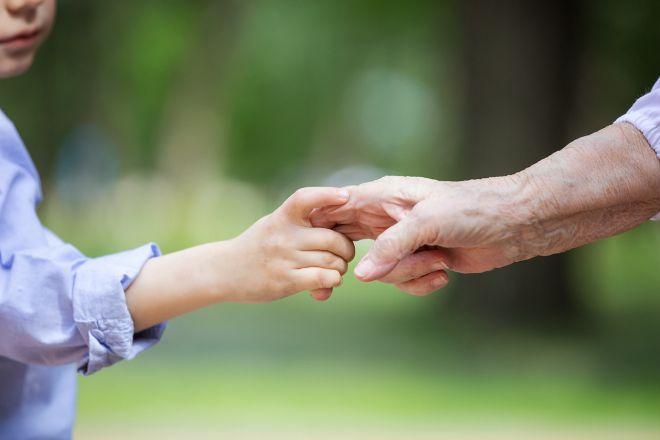 Παιδί κρατάει το χέρι της γιαγιάς του