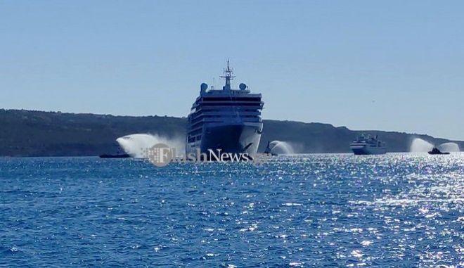 Κρήτη: Υποδέχτηκαν κρουαζιερόπλοια με αψίδες νερού