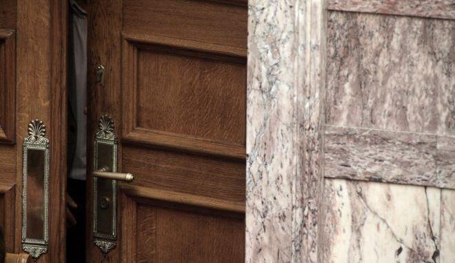 """Διαγραφές: Πώς """"δείχνουν την πόρτα"""" τα σημερινά κόμματα"""