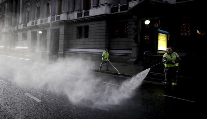 Απολύμανση σε δρόμο του Μπουένος Άιρες λόγω κορονοϊού