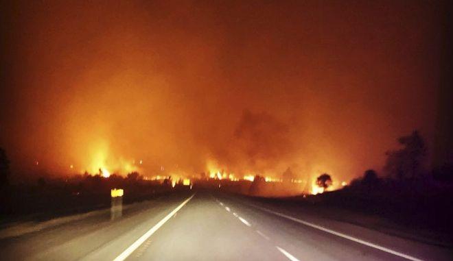 Μεγάλη φωτιά έκαψε αργά το βράδυ της Παρασκευής κατοικίες βόρεια του Λος Άντζελες