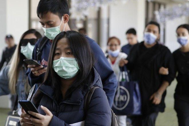 Στιγμιότυπο με πολίτες να φορούν μάσκες στο αεροδρόμιο της Μανίλα