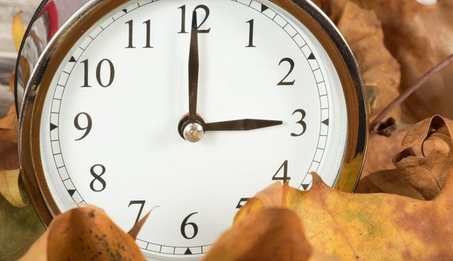95221246 - leaves and a time change clock for winter time