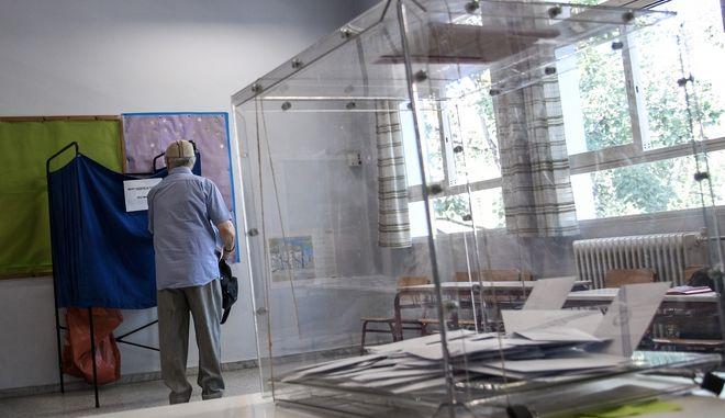 Στιγμιότυπο από εκλογική διαδικασία σε εκλογικό τμήμα της Αθήνας
