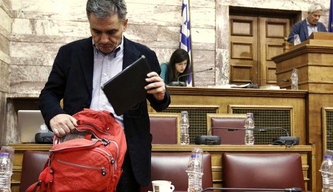 """Ο υπουργός Οικονομικών Ευκλείδης Τσακαλώτος στην Επιτροπή Οικονομικών Υποθέσεων της Βουλής κατα την εξέταση του σχεδίου νόμου του Υπουργείου Οικονομικών """"Κύρωση του Κρατικού Προϋπολογισμού οικονομικού έτους 2018"""", την Πέμπτη 23 Νοεμβρίου 2017. (EUROKINISSI/ΓΙΩΡΓΟΣ ΚΟΝΤΑΡΙΝΗΣ)"""