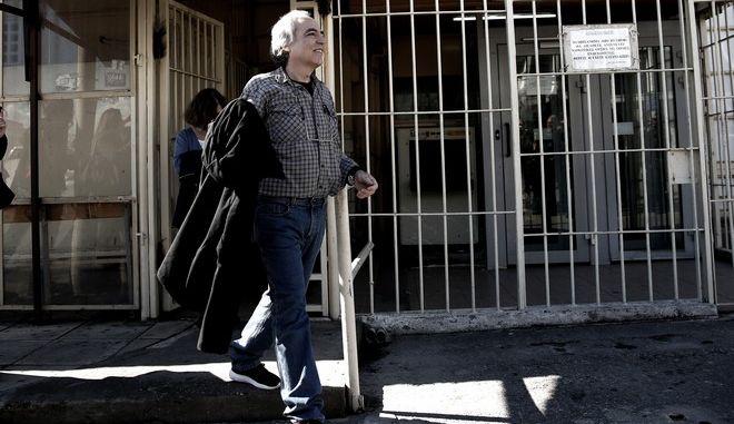 Ο Δημήτρης Κουφοντίνας έξω από τις φυλακές Κορυδαλλού την Πέμπτη 9 Νοεμβρίου 2017. Για πρώτη φορά από το 2002, οπότε παραδόθηκε ο Δημήτρης Κουφοντίνας βρίσκεται εκτός φυλακής καθώς το συμβούλιο των φυλακών Κορυδαλλού, στο οποίο συμμετέχει και αντεισαγγελέας Εφετών, ενέκρινε τη 48ωρη άδειά του. (EUROKINISSI/ΣΤΕΛΙΟΣ ΜΙΣΙΝΑΣ)