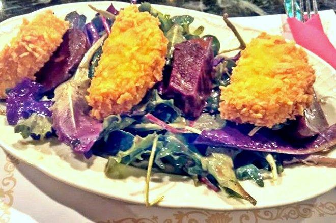 Σαλάτα με ψητά παντζάρια, παναρισμένο κατσικίσιο τυρί, ρόκα και βινεγκρέτ μπαλσάμικου