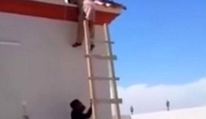 Βίντεο: Πώς να κοροϊδέψεις κάποιον με μια σκάλα