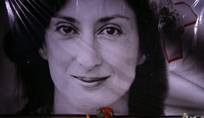 Λουλούδια και κεριά στη μνήμη της δημοσιογράφου Ντάφνι Καρουάνα Γκαλιζία που δολοφονήθηκε στη Μάλτα τον Οκτώβριο του 2017