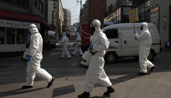 Στρατιώτες στη Νότια Κορέα ψεκάζουν σε δρόμο της Σεούλ.