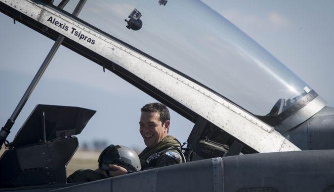 Ο Αλέξης Τσίπρας μέσα στο κόκπιτ του F-16 tsipras pilotos 5