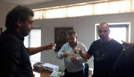 Βίντεο: Ο Βαρουφάκης αναλύει τη συμφωνία για το χρέος, ο δήμαρχος κερνάει ρακιές