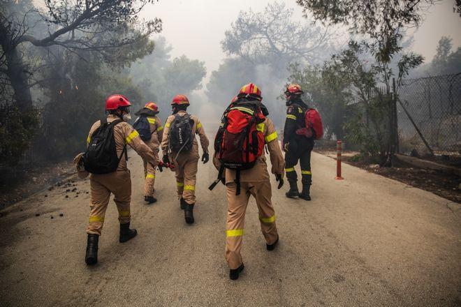 Οι πυροσβέστες παλεύουν με τις φλόγες