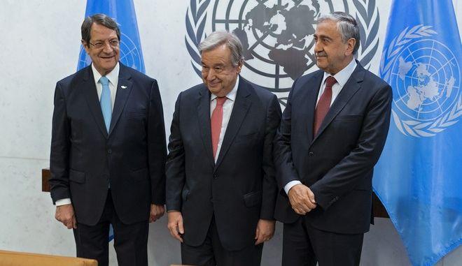 Από τα αριστερά, ο πρόεδρος της Κύπρου Νίκος Αναστασιάδης, ο γενικός γραμματέας του ΟΗΕ Αντόνιο Γκουτέρες και ο ηγέτης των Τουρκοκυπρίων, Μουσταφά Ακιντζί στη συνάντηση στη Ν. Υόρκη τον Ιούνιο του 2017