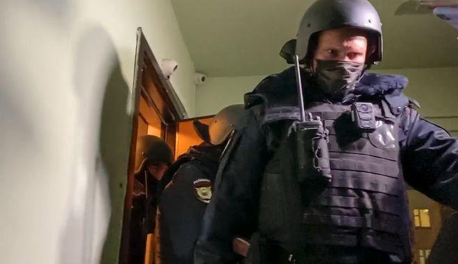 Αστυνομικές δυνάμεις στο σπίτι του αδερφού του Αλεξέι Ναβάλνι, Όλεγκ στη Μόσχα