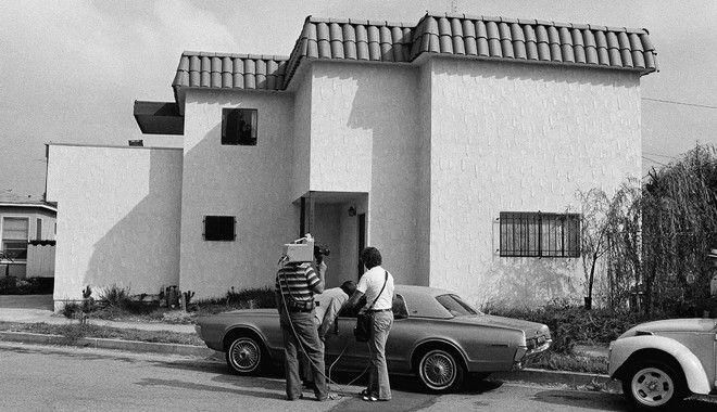 Newsmen examine the car of Dorothy Stratten,