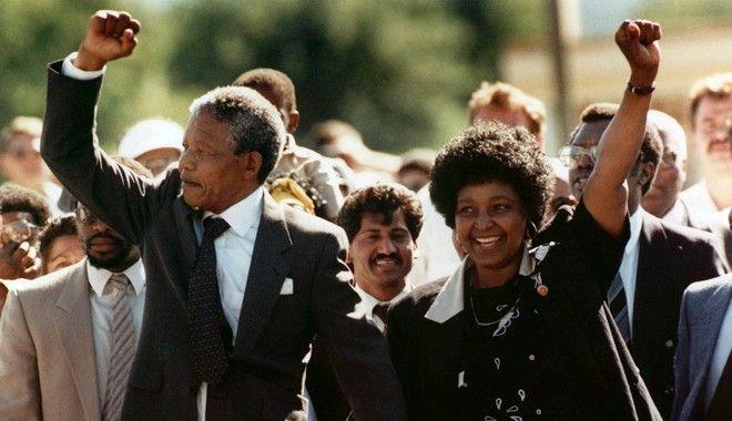Η Γουίνι, μαζί με τον Νέλσον Μαντέλα την ημέρα της απελευθέρωσής του το 1990 (AP Photo/Greg English, File)