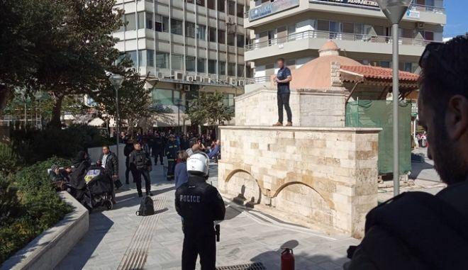 Ηράκλειο: Άνδρας απειλεί να αυτοπυρποληθεί στην πλατεία Κορνάρου