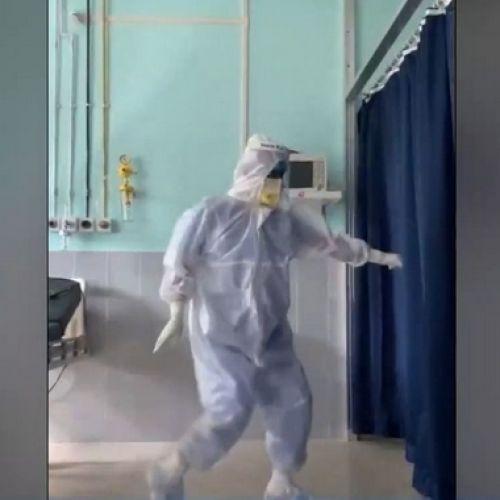 Γιατρός που επιδόθηκε σε χορογραφία Bollywood γίνεται viral