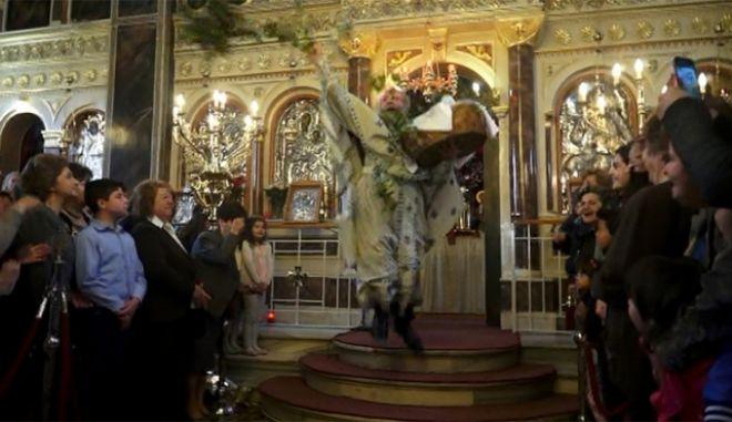 """Ο """"ιπτάμενος ιερέας"""" από την Χίο χτύπησε και φέτος"""