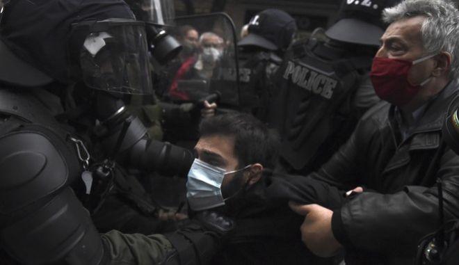 Αστυνομικοί τραβάνε διαδηλωτή στην Θεσσαλονίκη
