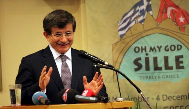 Ο Τούρκος υπ. Εξωτερικών Αχμέτ Νταβούτογλου κατα την επίσκεψή του στον Σϋλλογο Ιμβρίων της Αθήνας την Παρασκευή 13 Δεκεμβρίου 2013.