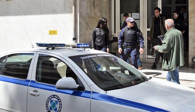 """Παράδοση στο Αστυνομικό Τμήμα Καλλιθέας και σύλληψη του Κώστα Βαξεβάνη και του δημοσιογράφου Βασίλη Ανδριανόπουλου, μετά από τη μήνυση που κατέθεσε η σύζυγος του Γιάννη Στουρνάρα, Λίνα Νικολοπούλου, για το δημοσίευμα του Documento με τίτλο """"Οικογένεια Στουρνάρα: Ο μεγάλος έρωτας με τις φαρμακοβιομηχανίες"""". Ο εκδότης του Documento μαζί με τον Βασίλη Ανδριανόπουλο παραδόθηκαν στο αστυνομικό Τμήμα Καλλιθέας και συνελήφθησαν λίγο μετά τις 12 το μεσημέρι της Μεγ. Δευτέρας 10 ΑΠριλίου 2017. Mε τη συνοδεία της Αστυνομίας, οδηγήθηκαν στη ΔΕΕ για τις ανάλογες φωτογραφίες, ενώ στην συνέχεια οδηγήθηκαν στον εισαγγελέα Πρωτοδικών. (EUROKINISSI)"""
