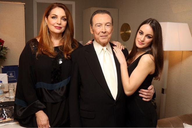 Πρεμιέρα Τόλη Βοσκόπουλου - Ο τραγουδιστής με την κόρη του Μαρία και τη σύζυγό του Άντζελα Γκερέκου