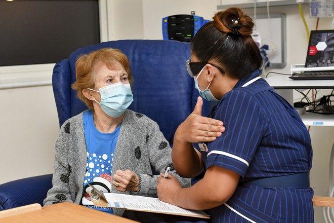 Η 90χρονη Margaret Keenan, η πρώτη που εμβολιάστηκε στη Βρετανία