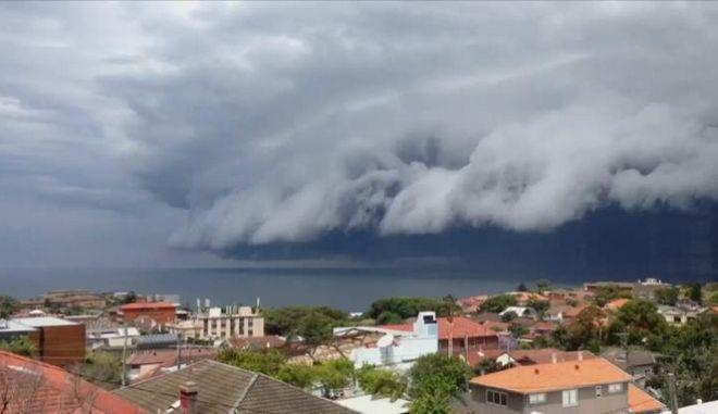 Το θαύμα της φύσης: Τσουνάμι από σύννεφα 'χτυπάει' το Σίδνεϊ