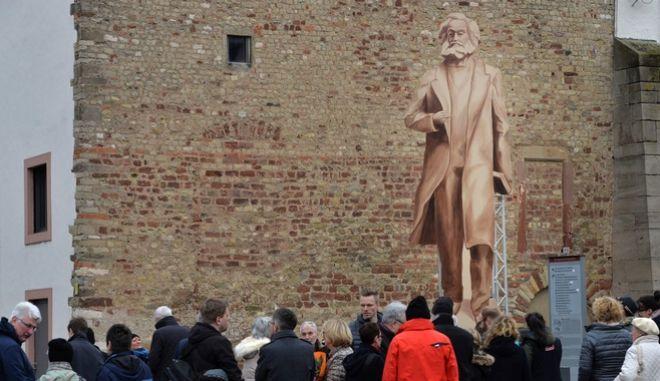 Γερμανία: Διχάζει η δωρεά ενός πελώριου αγάλματος του Μαρξ από την Κίνα