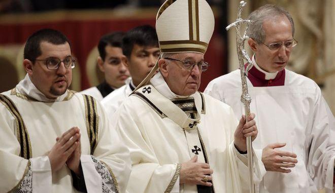 Ο Πάπας Φραγκίσκος στην καθιερωμένη λειτουργία της παραμονής των Χριστουγέννων στη βασιλική του Αγίου Πέτρου