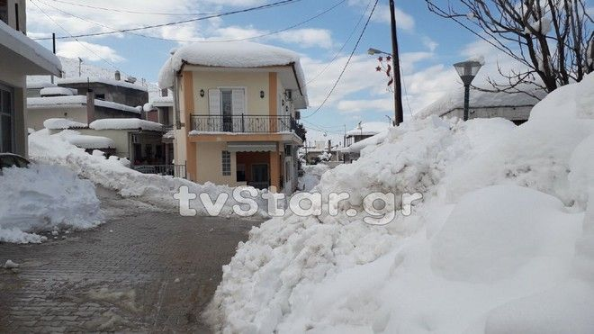 Θήβα: Πάνω από ένα μέτρο το χιόνι - Χωρίς ρεύμα πολλές περιοχές