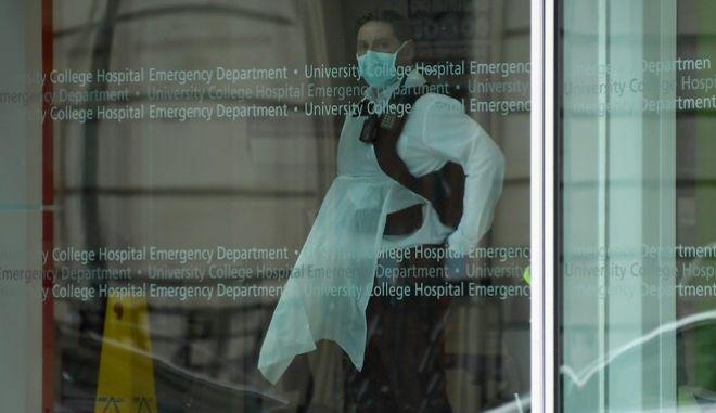 Τιτάνια μάχη για να σταματήσουν την εξάπλωση του κορονοϊου δίνουν γιατροί και νοσοκόμοι στην Αγγλία