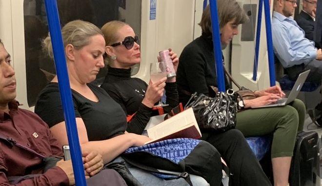 Μετρό Βρετανίας: Η γυναίκα που έπινε το τζινάκι της και τσάντισε τη διοίκησή του