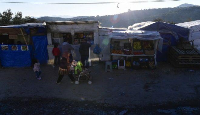 Πρόσφυγες έξω από το ΚΥΤ της Μόρια