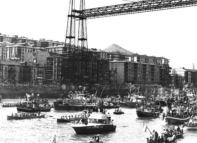 Η gabarra και η συνοδεία της από δεκάδες πλοιάρια κάθε είδους στη φιέστα του 1983.