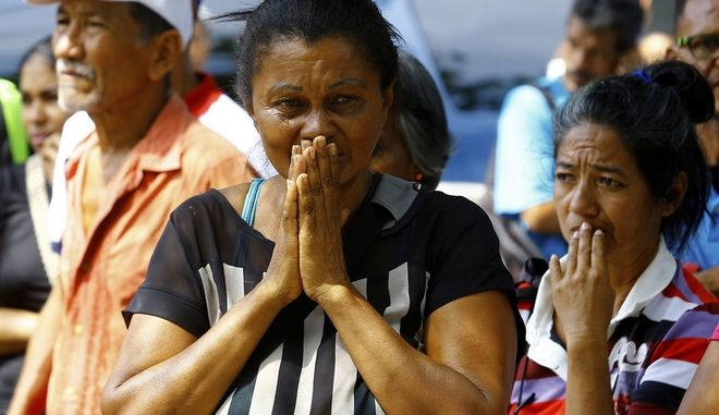 Συγγενείς των κρατουμένων περιμένουν εναγωνιωδώς να ακούσουν νέα για τους δικούς τους ανθρώπους μετά την πυρκαγιά που ξέσπασε σε κρατητήρια στη Βαλένσια