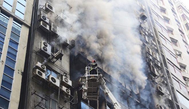 Καρέ από τη σημερινή πυρκαγιά σε πύργο στο Μπαγκλαντέζ