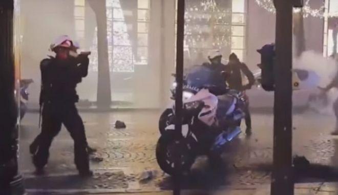 """Κορυφώνεται η βία στη Γαλλία: Αστυνομικός τραβά πιστόλι εναντίον """"κίτρινου γιλέκου"""""""