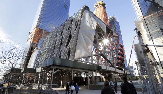 """Το πολιτιστικό κέντρο """"The Shed's Bloomberg Building"""" -όπως είναι η πλήρης επωνυμία του έχει τη δυνατότητα να """"μεταμορφωθεί"""" ανάλογα με τις ανάγκες και απαιτήσεις των καλλιτεχνών"""