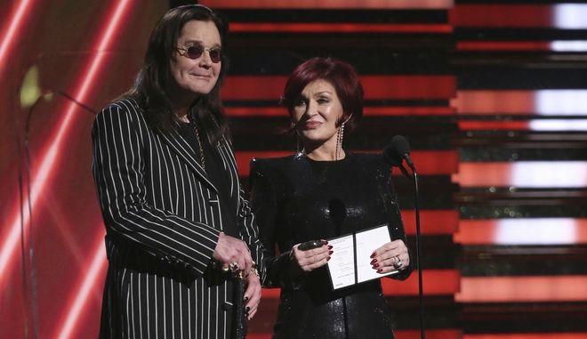 Όζι και Σάρον Όσμπορν παρουσιάζοντας απονομή βραβείου στα Grammy Awards.