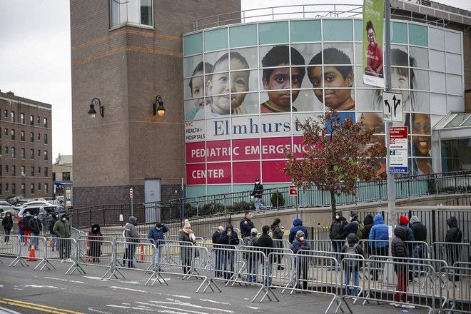 Κόσμος περιμένει στην ουρά για να κάνει τεστ για κορονοϊό σε νοσοκομείο της Νέας Υόρκης