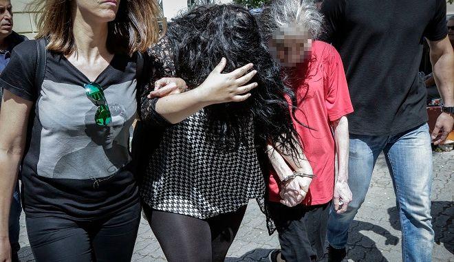 Απολογία 19χρονης και 54χρονης μητέρας σε ανακριτή και εισαγγελέα για την υπόθεση του νεκρού βρέφους που βρέθηκε σε κάδο σκουπιδιών στην Πετρούπολη