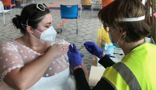 ΗΠΑ: Ντύθηκε νύφη και πήγε για το εμβόλιο κορονοϊού